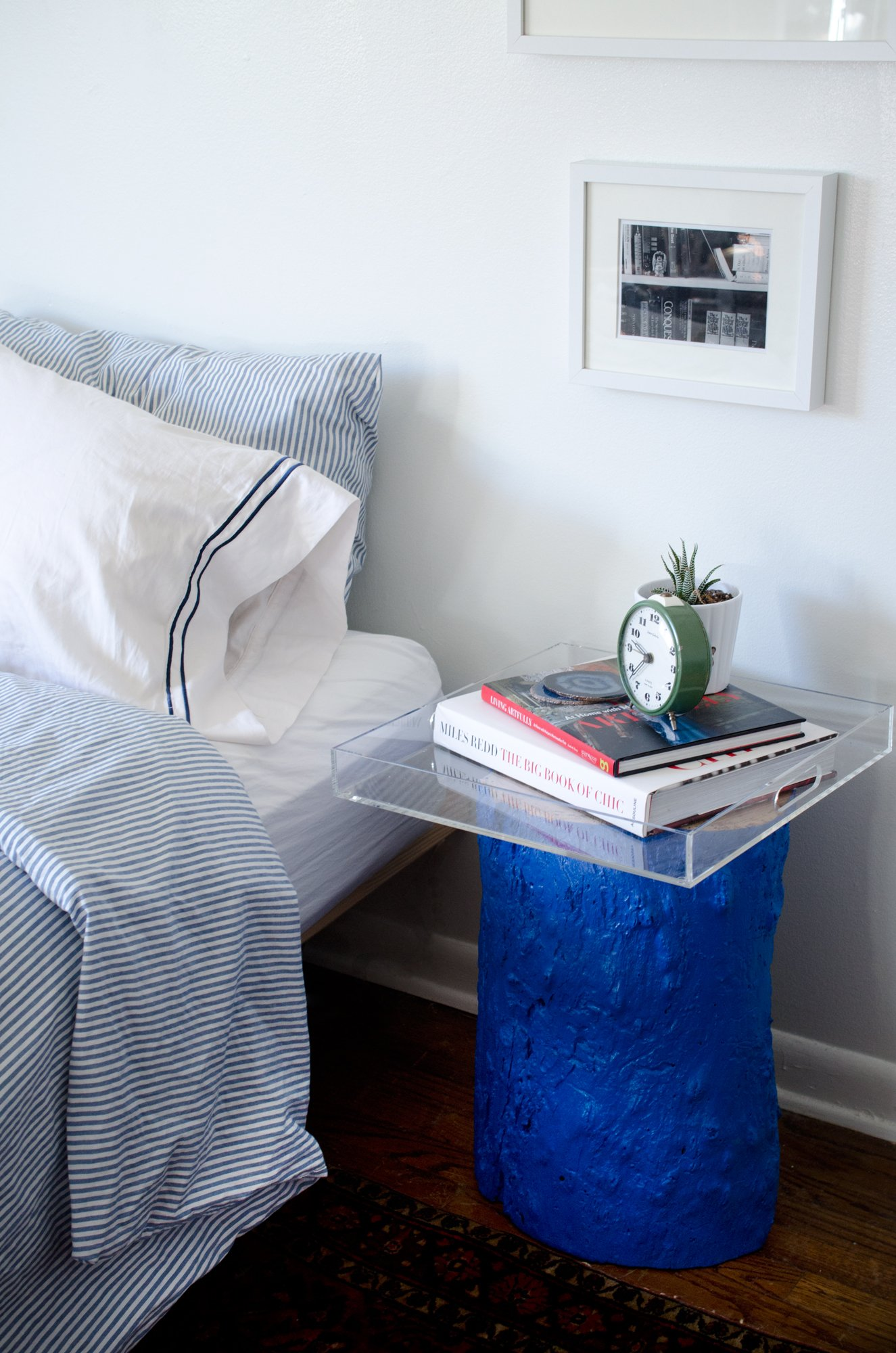 Paint a tree stump an unexpected color... DIY Painted Stump from Thou Swell http://thouswell.co/