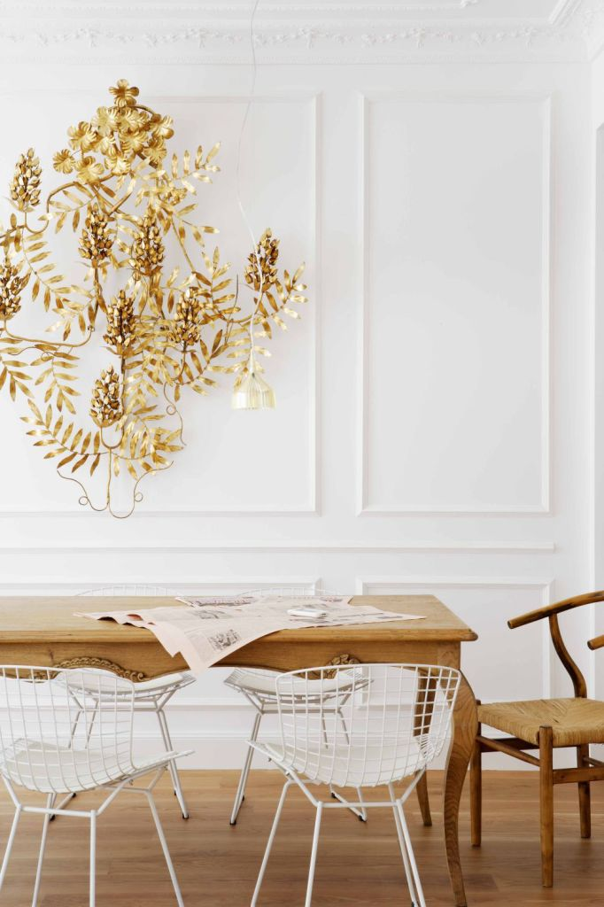 Elegant modern dining room in Spain with large gold sconce wall sculpture on Thou Swell #hometour #spanishhome #eclecticstyle #interiordesign #spanishdesign #homedesign #housetour #spanishstyle #homedecorideas
