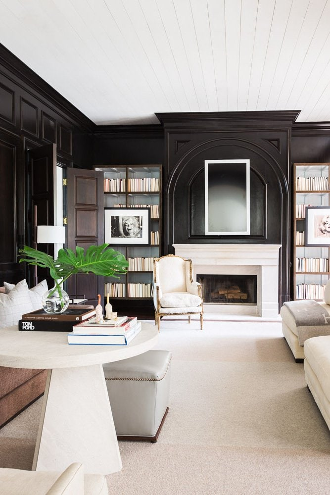 High contrast living room with a mxi of modern and traditional on @thouswellblog