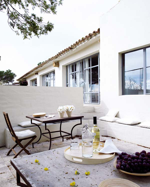 Simple minimal patio furniture design in Spanish countryside villa house exterior on Thou Swell #hometour #spanishhome #eclecticstyle #interiordesign #spanishdesign #homedesign #housetour #spanishstyle #homedecorideas