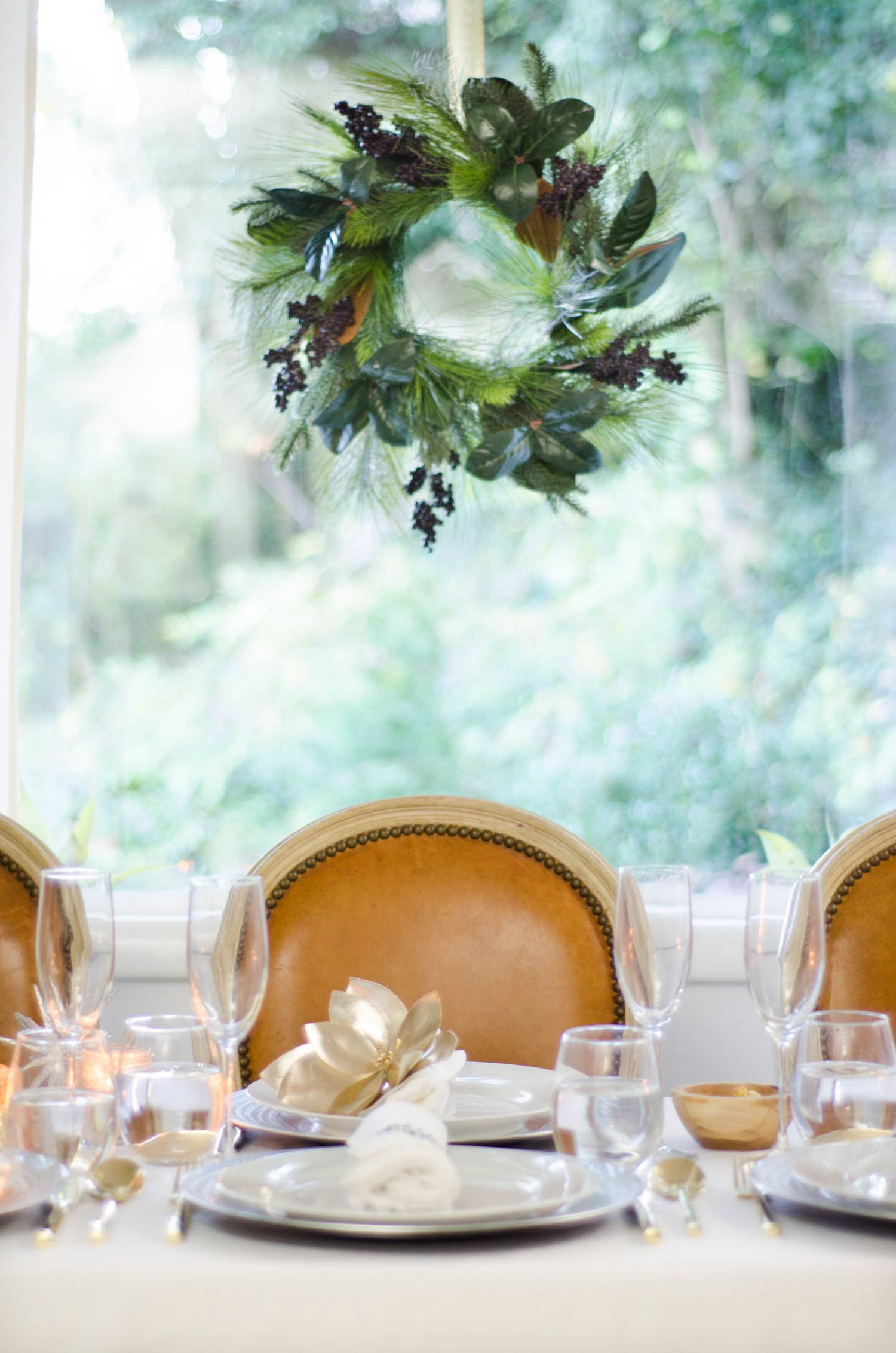 Silver and gold elegant holiday table on @thouswellblog