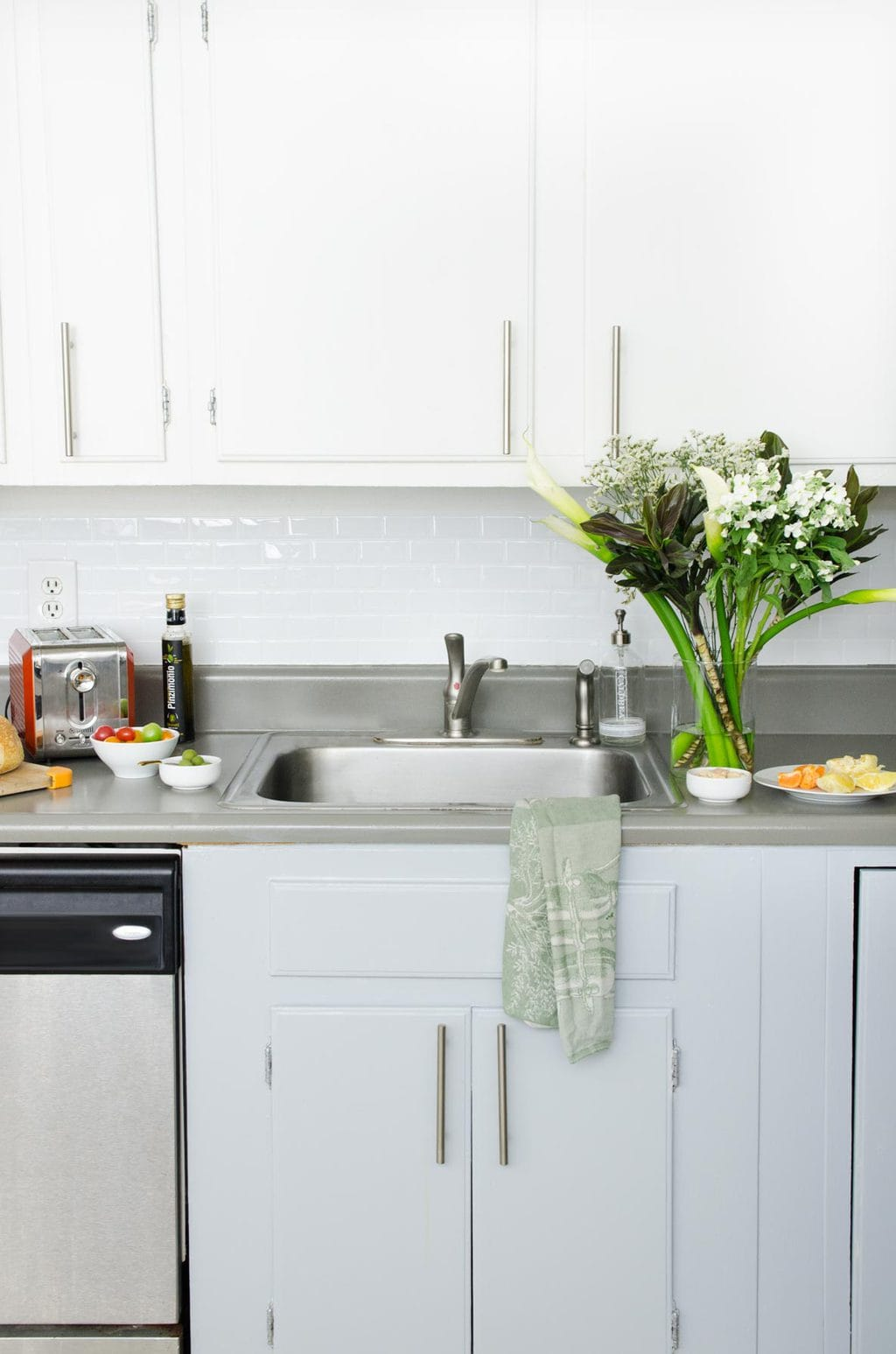 Easy and inexpensive rental kitchen makeover on Thou Swell #kitchen #kitchendesign #rentalkitchen #kitchemakeover