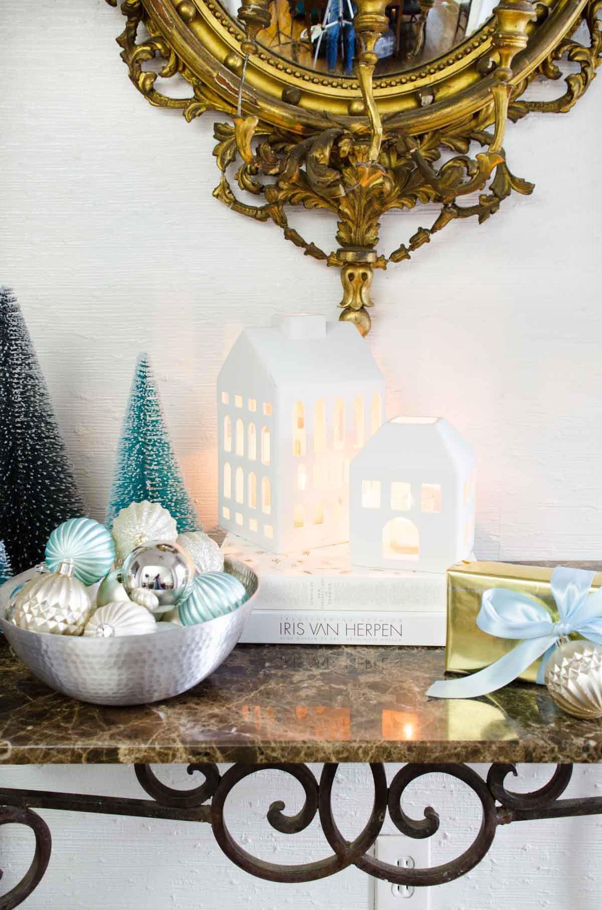 Modern holiday decor in the entry on @thouswellblog