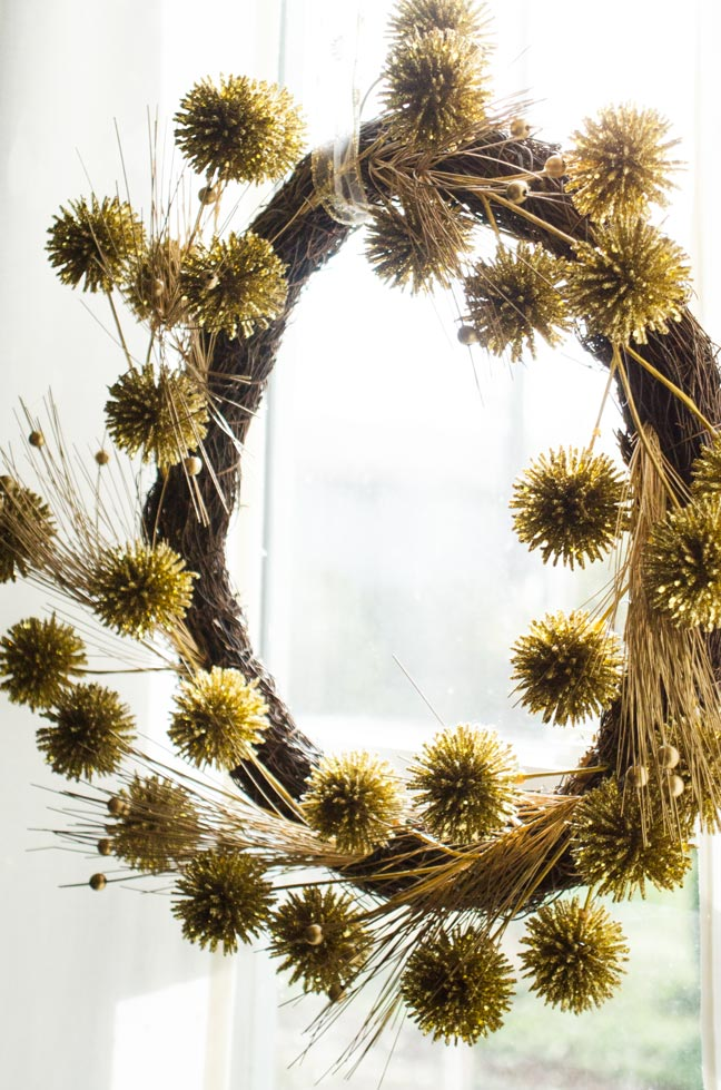 Modern gold wreath, holiday decor on @thouswellblog
