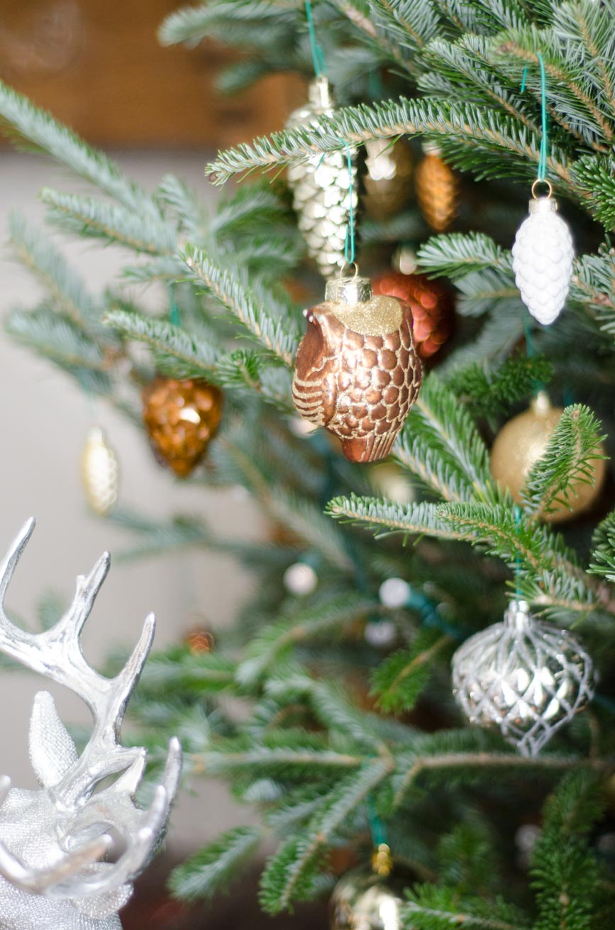 Mixed metallic holiday decor on @thouswellblog
