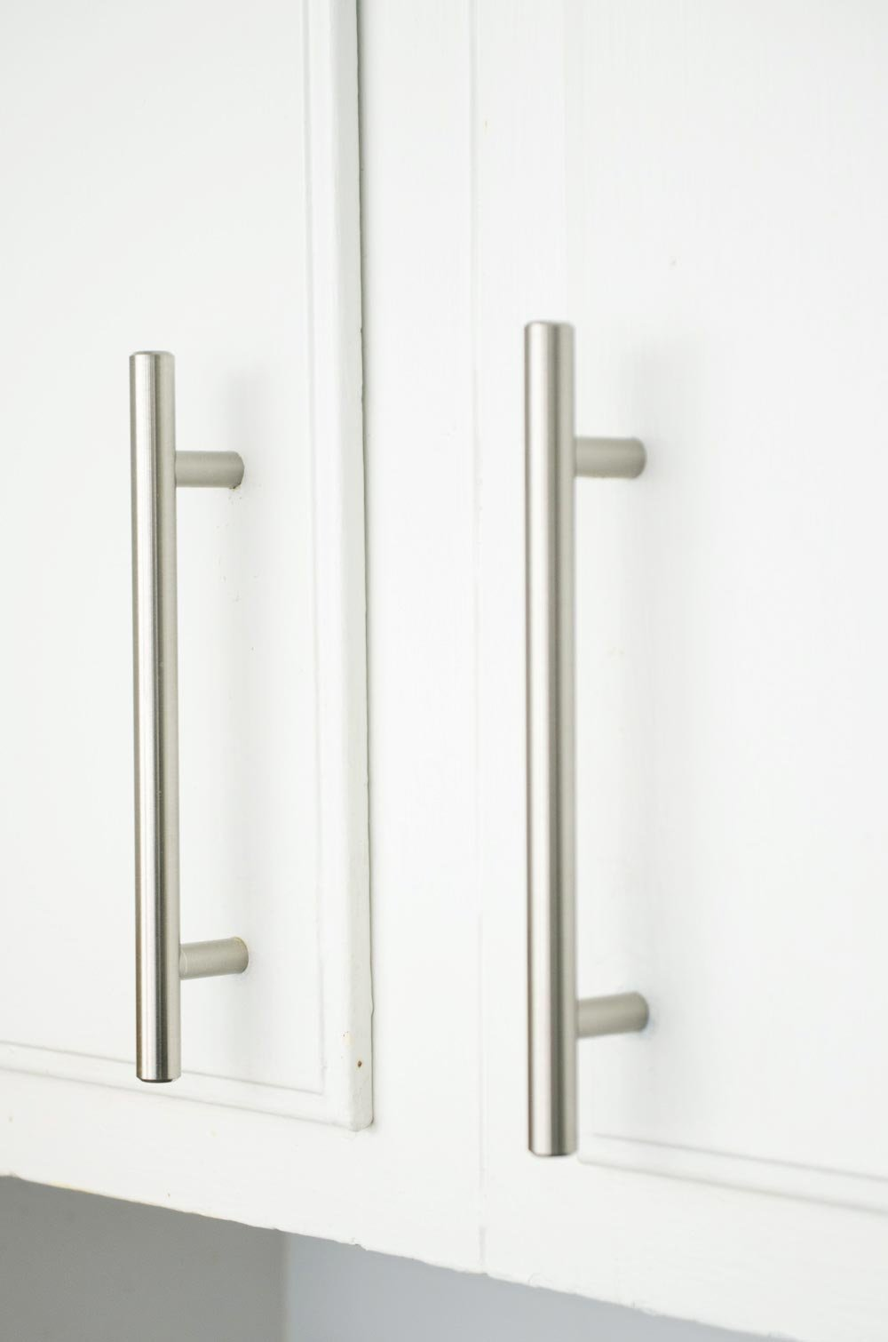 Silver modern cabinet handles in a rental kitchen makeover on @thouswellblog