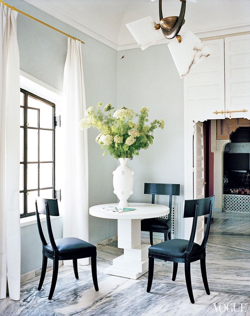 Elegant blue and white dining in a Moroccan home on @thouswellblog