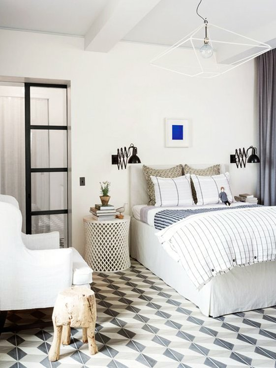 Modern bedroom with graphic rug and blue accents via @thouswellblog