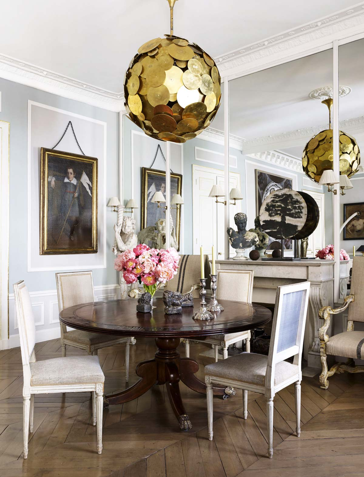 Chic french dining room with modern chandelier and traditional furniture via @thouswellblog