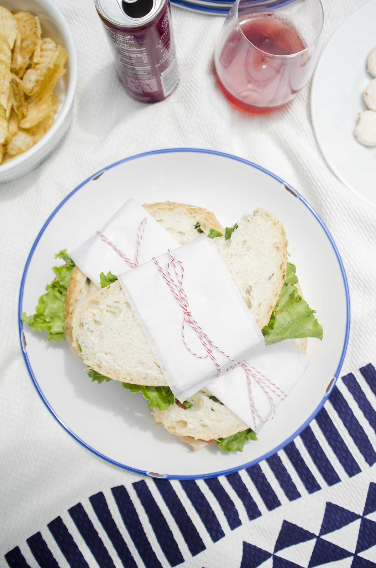 Modern picnic lunch with geometric picnic blanket on @thouswellblog