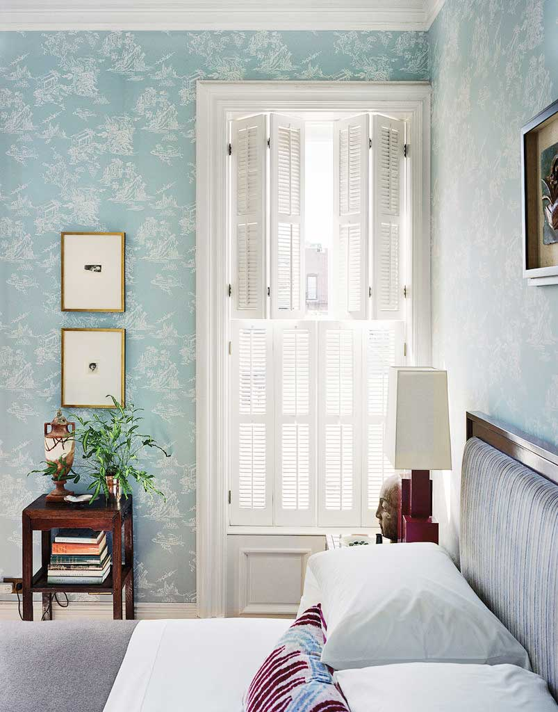 Pale blue chinoiserie bedroom wallpaper on Thou Swell @thouswellblog