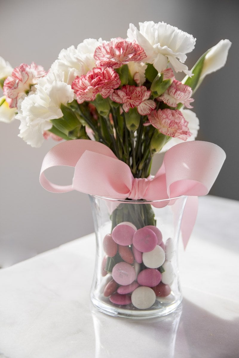 Valentine's Day flower arrangement with M&M's on Thou Swell @thouswellblog