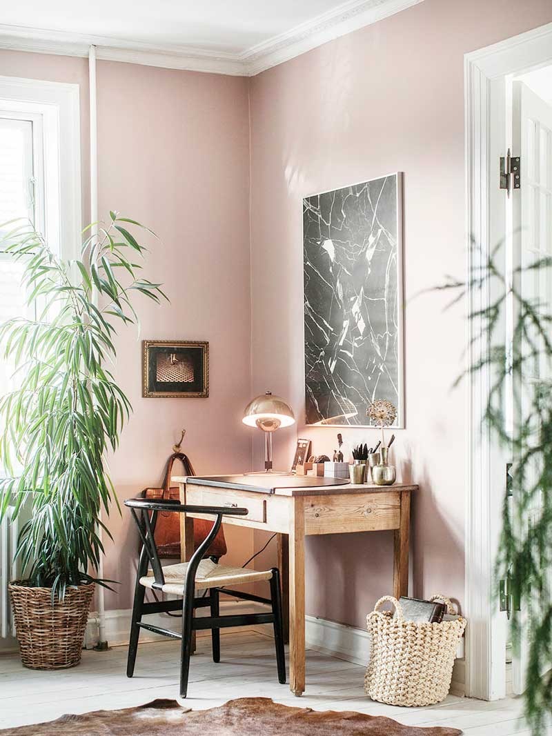 Pink home office workspace with indoor plants on Thou Swell @thouswellblog