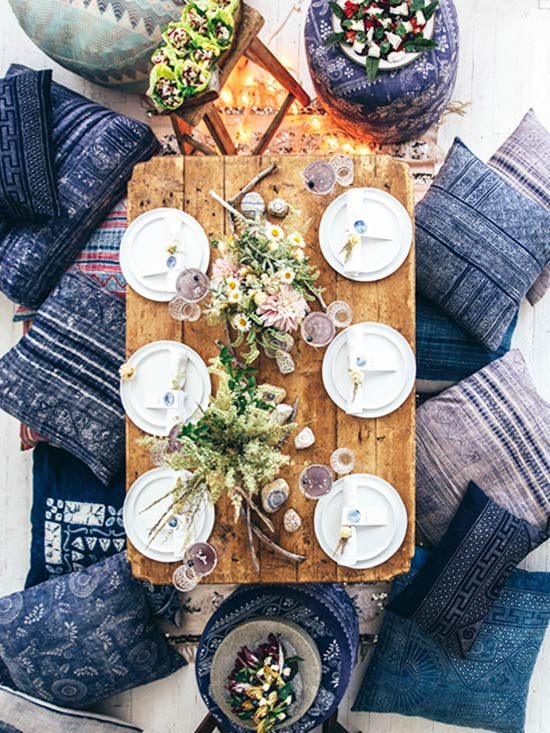 Eclectic blue and white dinner party on the ground with floor cushions on Thou Swell @thouswellblog