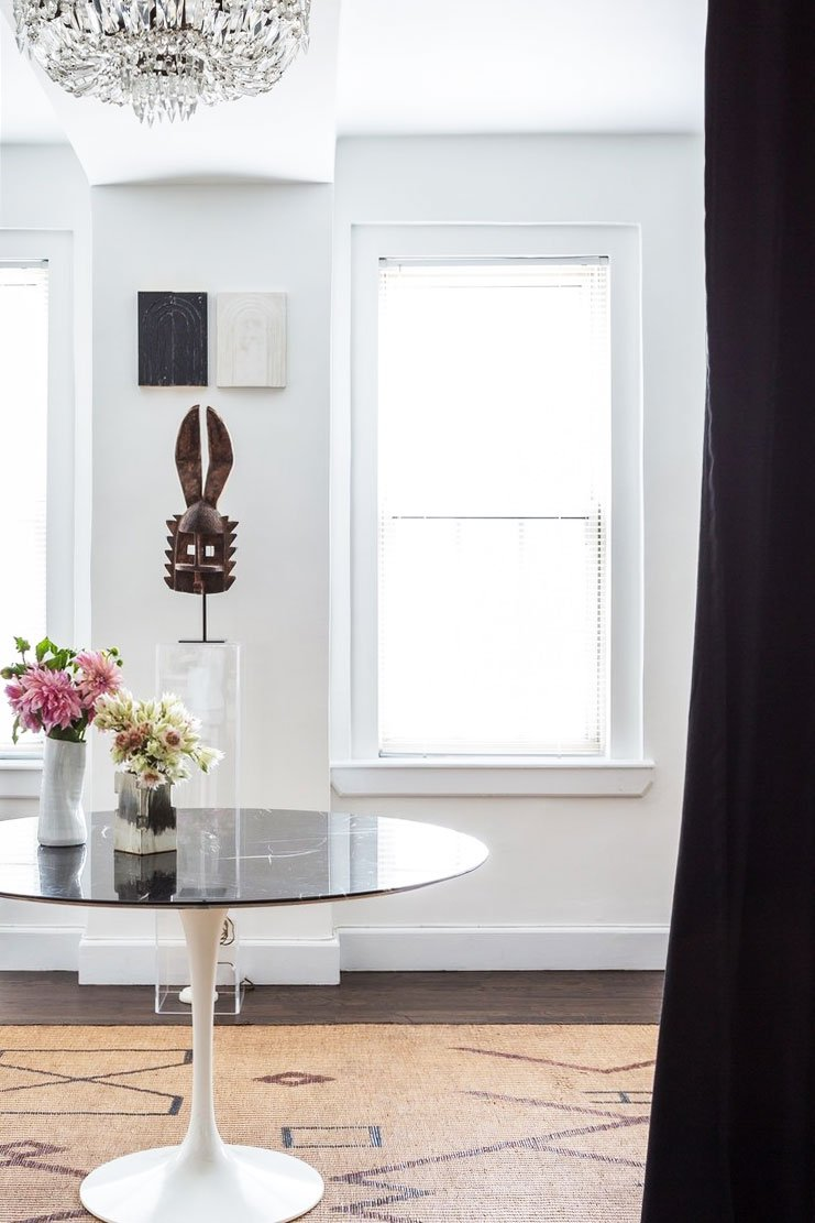 Artful New York city apartment tour entry with tulip table on Thou Swell @thouswellblog
