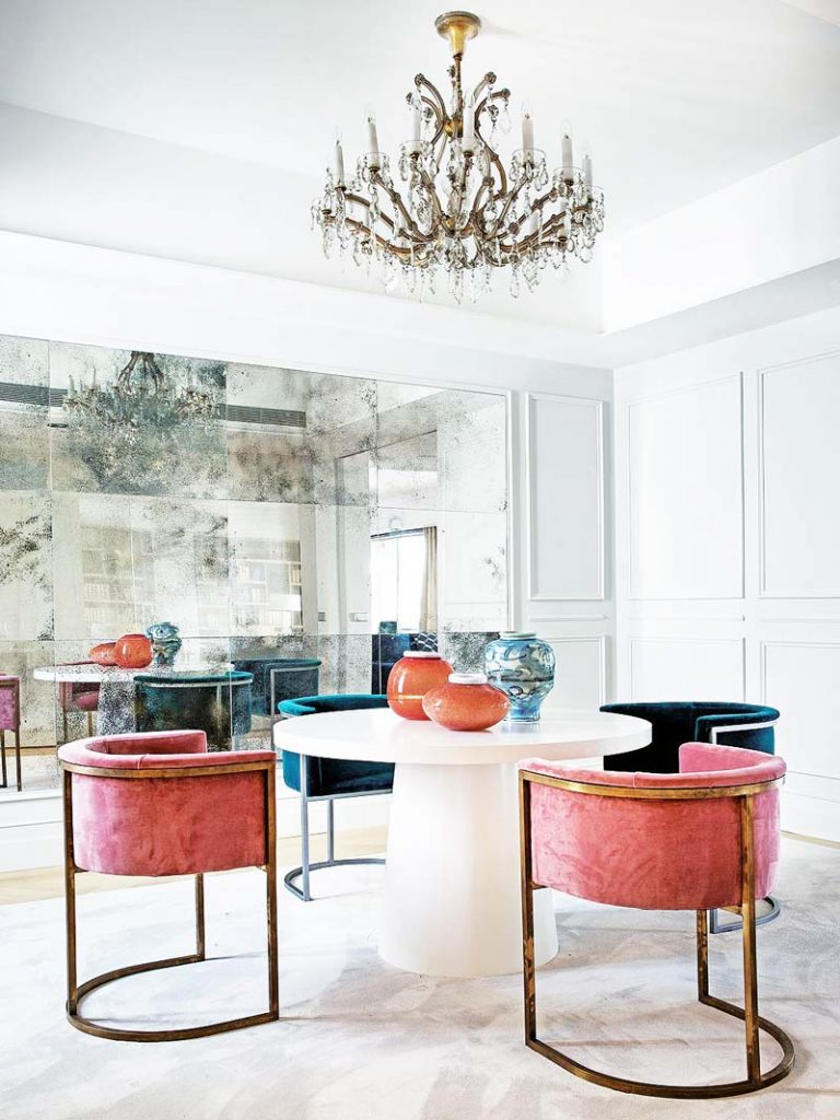 Glamorous dining room with pink velvet dining chairs and mirrored wall on Thou Swell #hometour #spanishhome #eclecticstyle #interiordesign #spanishdesign #homedesign #housetour #spanishstyle #homedecorideas