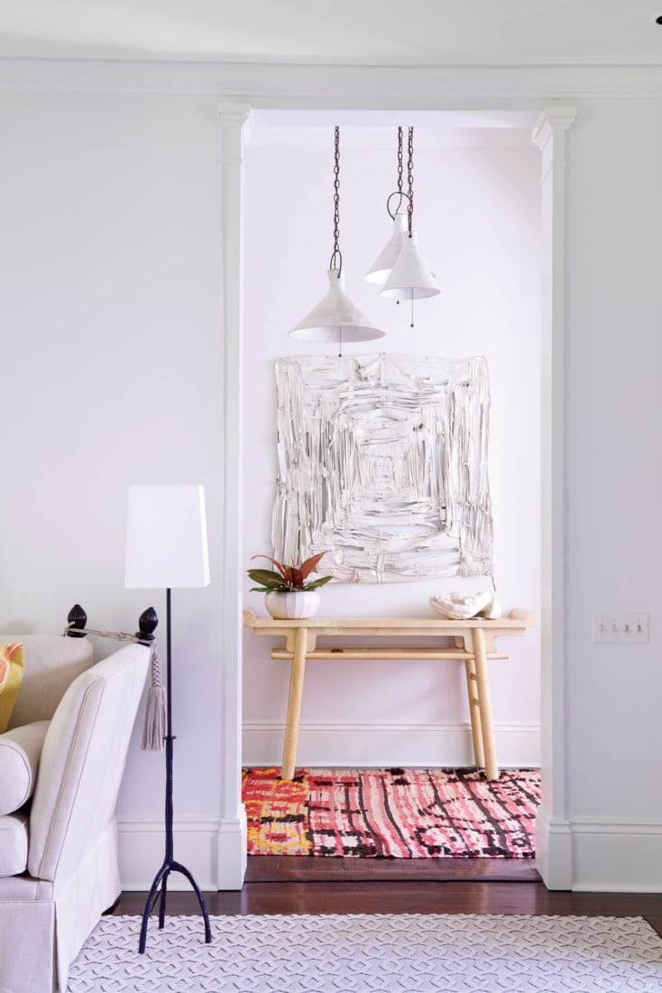 Bright entry with modern artwork and pink rug in New Orleans home on Thou Swell @thouswellblog