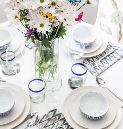 Late summer table setting with whimsical flower arrangement of daisies and butterflies on Thou Swell @thouswellblog