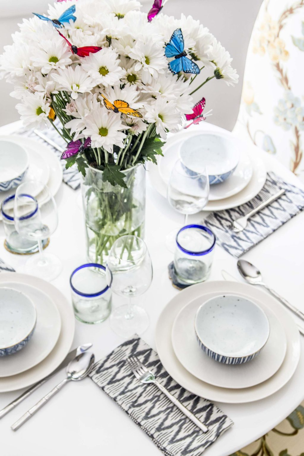 Pattern happy table setting with whimsical flower arrangement of daisies and butterflies on Thou Swell @thouswellblog