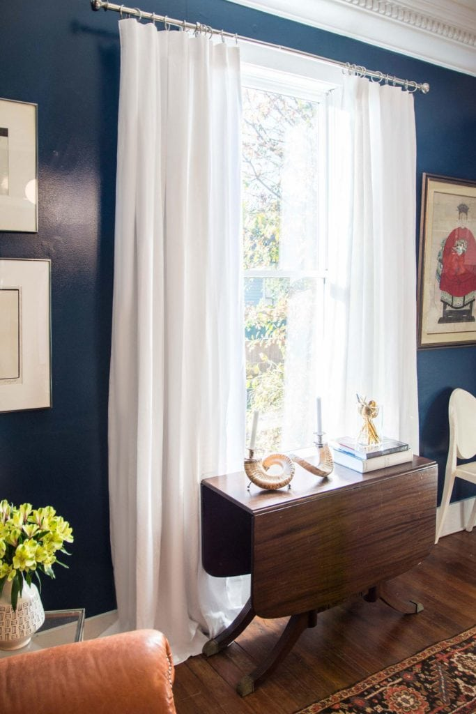 Custom white Belgian linen curtains in blue high-gloss dining room on Thou Swell @thouswellblog