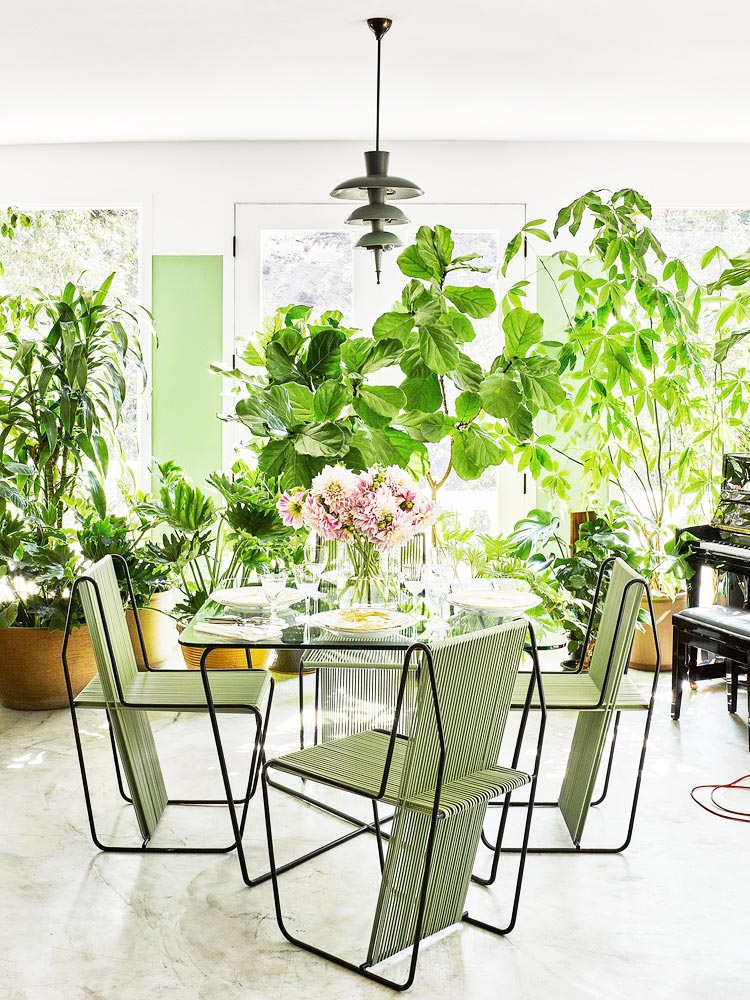 Sun room dining with lush indoor plants on Thou Swell @thouswellblog