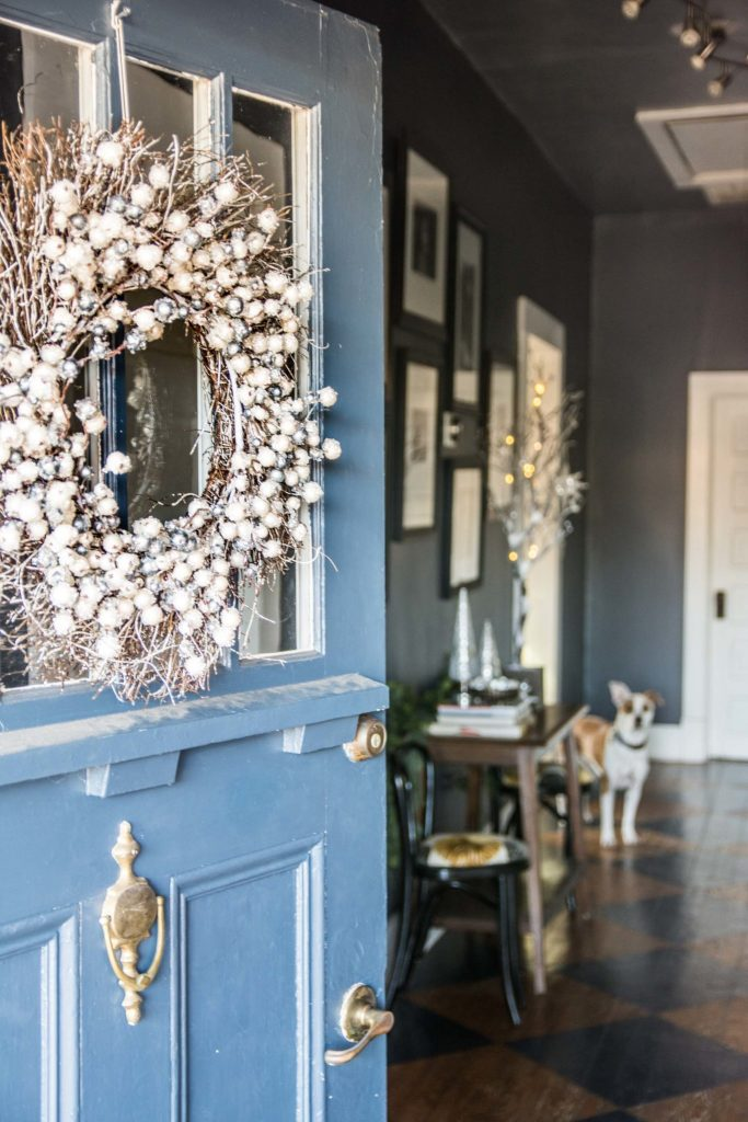 Monochrome holiday entryway decorating on Thou Swell @thouswellblog