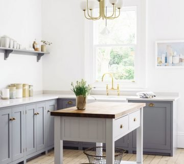 Contemporary kitchen design with freestanding kitchen island cart and modern brass chandelier on Thou Swell @thouswellblog