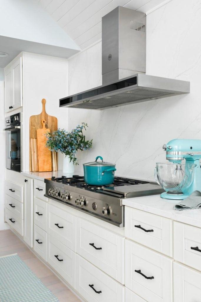 HGTV Dream Home 2018 white modern lake house kitchen on Thou Swell @thouswellblog