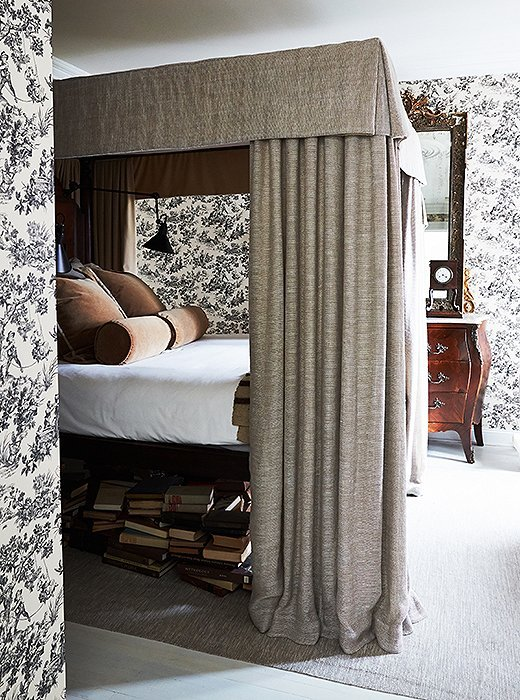Dramatic canopy bed with toile wallpaper in Darryl Carter's home on Thou Swell @thouswellblog