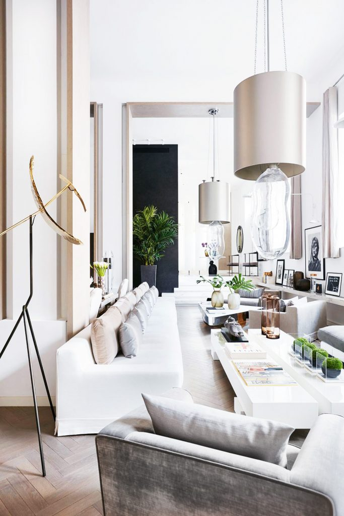 Kelly Hoppen's long, white and neutral West London living room on Thou Swell @thouswellblog