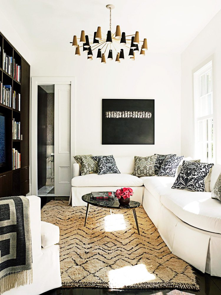 Serene white sitting room with banquette on Thou Swell @thouswellblog