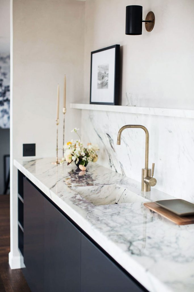 Minimal kitchen sink with marble slab backsplash and burnished brass faucet on Thou Swell @thouswellblog