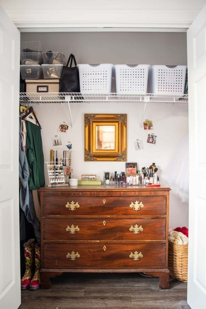 Closet organization and minimal bedroom design on Thou Swell @thouswellblog