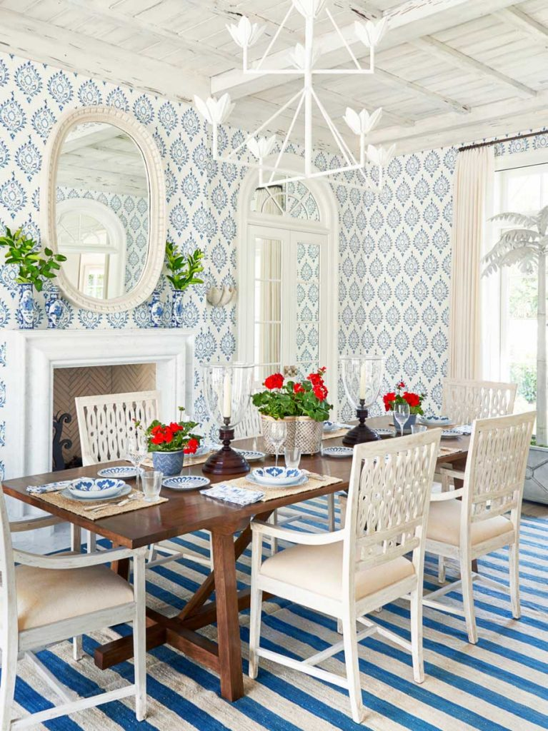 Blue and white dining room in Palm Beach house on Thou Swell #hometour #palmbeach #diningroom #coastaldecor