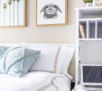 College bedroom small room makeover with storage at Auburn University on Thou Swell #college #collegeapartment #apartmentdecor #apartmentbedroom #bedroom #collegebedroom #collegedecor #smallspace