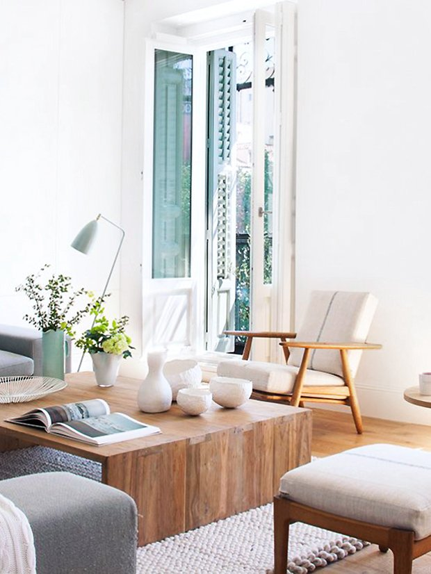 Modern living room in Madrid with cream furniture and wooden coffee table on Thou Swell #hometour #spanishhome #eclecticstyle #interiordesign #spanishdesign #homedesign #housetour #spanishstyle #homedecorideas