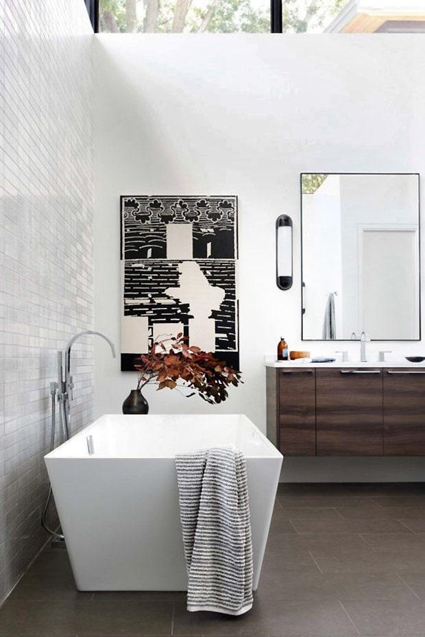Minimalist bathroom design in modern Dallas home tour on Thou Swell #dallas #dallashome #hometour #homedesign #interiordesign #moderndesign #minimalist #minimaldesign #bathroom #bathroomdesign