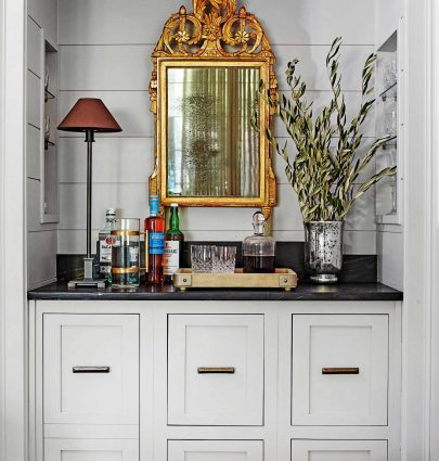 Grey bar design with gilt gold mirror and cordless table lamp on Thou Swell #bar #homebar #builtinbar #greybar #goldmirror #homedesign #homedecor #southerndesign #decorideas