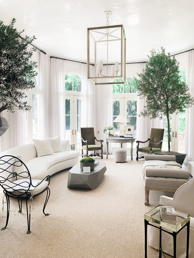Southeastern showhouse in Atlanta, living room by Amy Morris Interior Design on Thou Swell #showhouse #atlanta #atlantahomes #southernstyle #southerndesign #interiordesign #interiordesigner #design