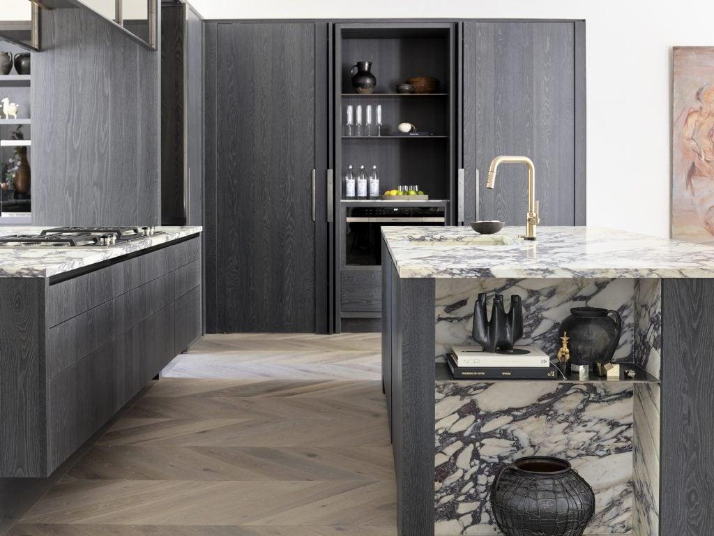Southeastern showhouse in Atlanta, modern kitchen design on Thou Swell #showhouse #atlanta #atlantahomes #southernstyle #southerndesign #interiordesign #interiordesigner #design