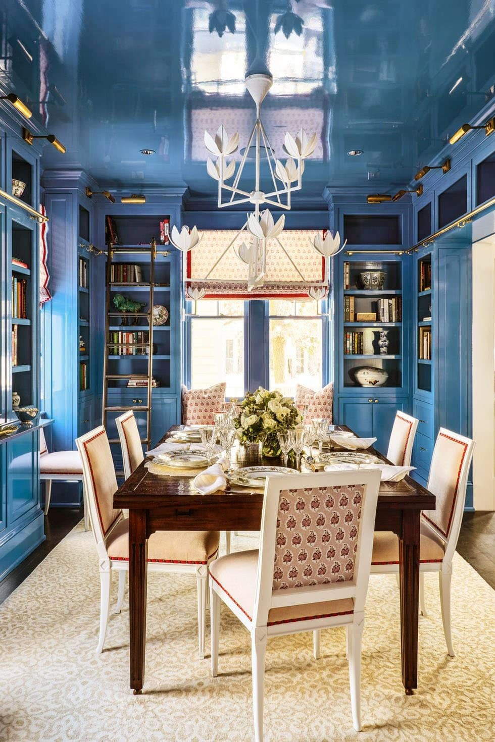 Blue lacquered dining room with built-in bookshelves and traditional furniture on Thou Swell #diningroom #diningroomdesign #lacqueredwalls