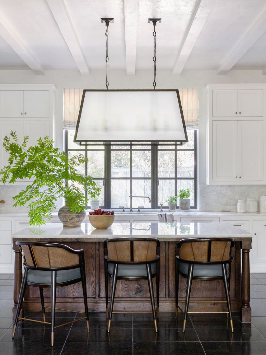 Houston home tour full of warm textures by Marie Flanigan, modern Houston house, traditional kitchen design, white kitchen on Thou Swell #kitchen #kitchenideas #kitchendesign #homedesign #homedecorideas