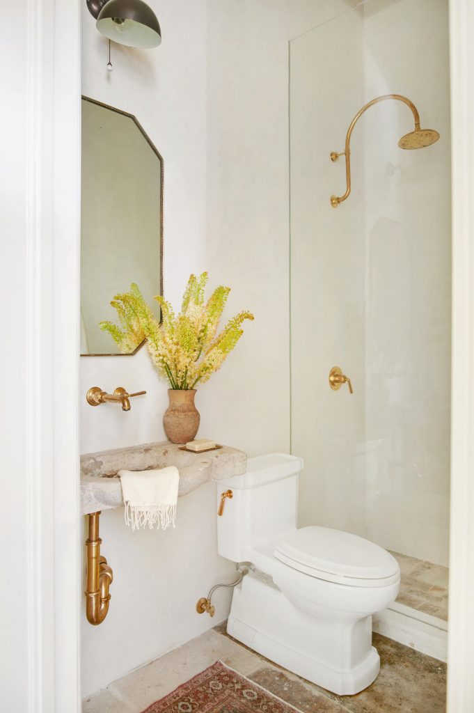 Cream and gold bathroom design by Amber Interiors on Thou Swell #bathroom #bathroomdesign #bathroomideas #homedesign