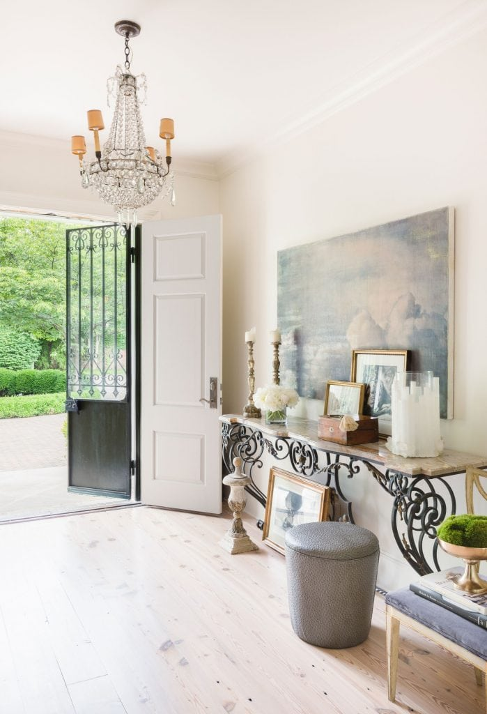 Traditional foyer entry design with antiques and bleached oak floors in elegant Memphis colonial house style on Thou Swell #hometour #housetour #traditionalhome #interiordesign #homedesign #homedecorideas #traditionaldesign #homedecor