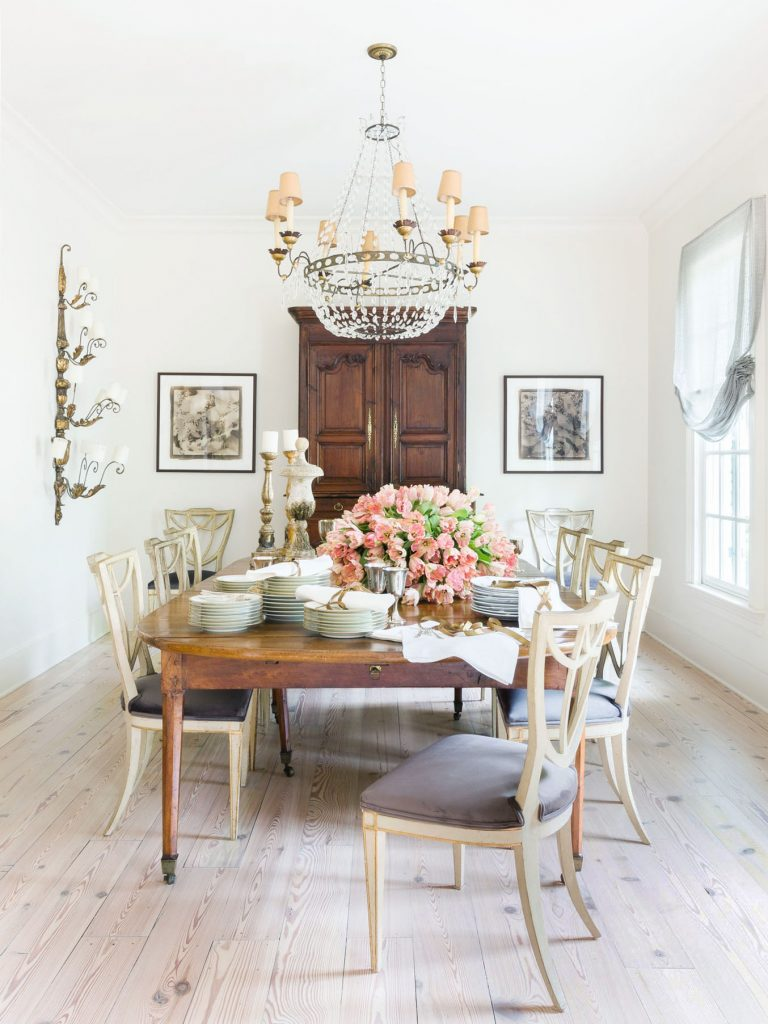 Traditional dining room with antiques and bleached oak floors in elegant Memphis colonial house style on Thou Swell #hometour #housetour #traditionalhome #interiordesign #homedesign #homedecorideas #traditionaldesign #homedecor