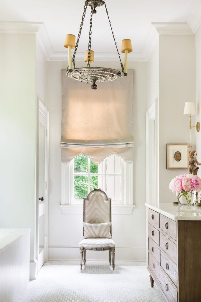 Antique chair and custom roman shade for a master bathroom design in elegant Memphis colonial house style on Thou Swell #hometour #housetour #traditionalhome #interiordesign #homedesign #homedecorideas #traditionaldesign #homedecor