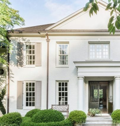 Light exterior paint, painted brick, off-white house color in elegant Memphis home tour on Thou Swell #hometour #housetour #traditionalhome #interiordesign #homedesign #brickhouse #traditionaldesign #exterior #architecture