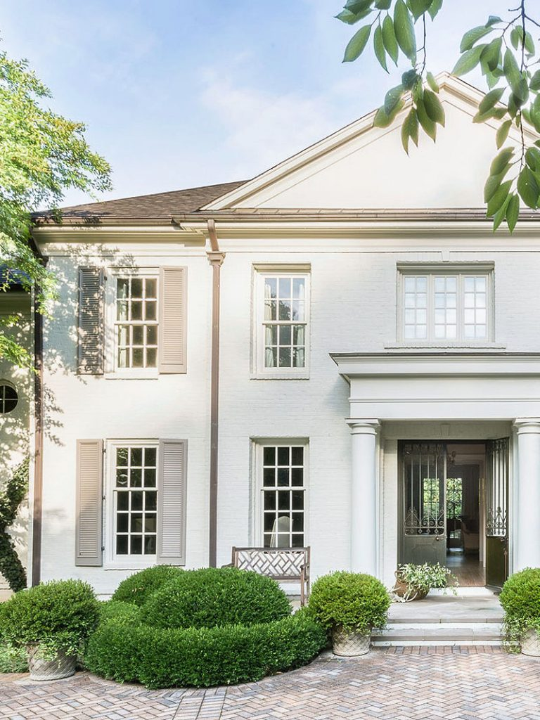 Light exterior paint, painted brick, off-white house with traditional architecture, elegant Memphis colonial house style on Thou Swell #hometour #housetour #traditionalhome #interiordesign #homedesign #brickhouse #traditionaldesign #exterior #architecture