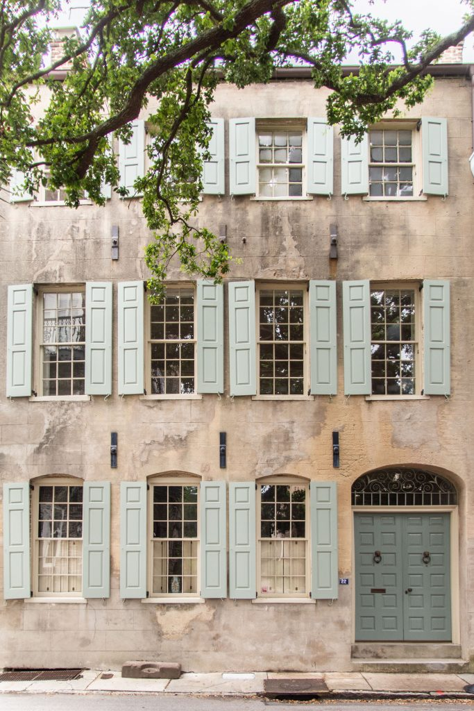 Charleston weekend travel guide with the best places to stay, eat, and shop in the Holy City on Thou Swell #charleston #southcarolina #charlestontravelguide #travelguide #weekendguide #charlestonsc #discoversc